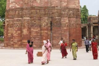 Indische Touristen am Qutab Minar