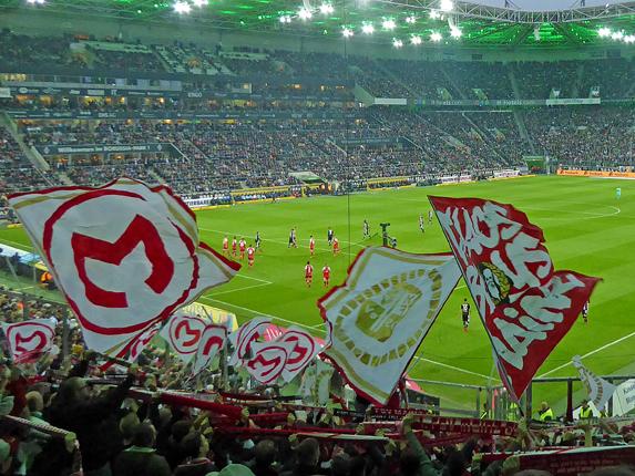 Blick aus dem Gästeblock auf das Spielgeschehen im Borussia-Park