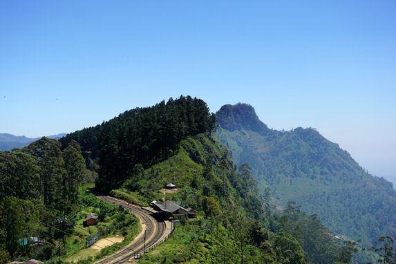 Mit der Eisenbahn geht es wunderbar durch die Berge von Sri Lanka