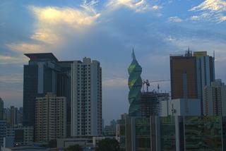 Blick aus dem Hotelfenster auf die menschenleere Stadt