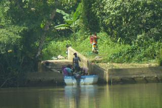 Der belebte Waschsteg am anderen Flussufer