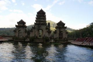 Durch Vulkanismus untergegangens Dorf am Danau Tamblingan