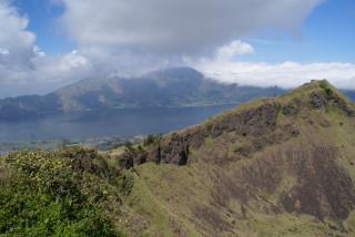 Blick vom Vulkan Batur (1.717 m) auf den Gunung Abang (2.152 m)